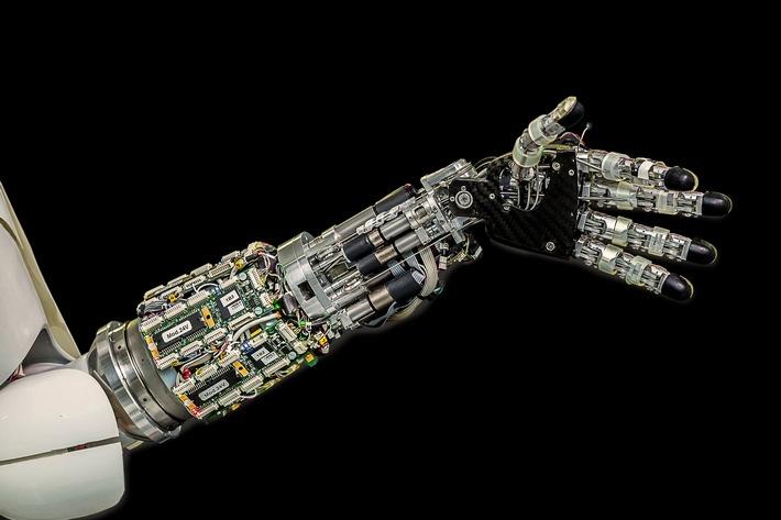 Roboter können dem Menschen ähneln. Wie weit kann und soll die Unterstützung durch Roboter in der modernen Arbeitswelt reichen? /