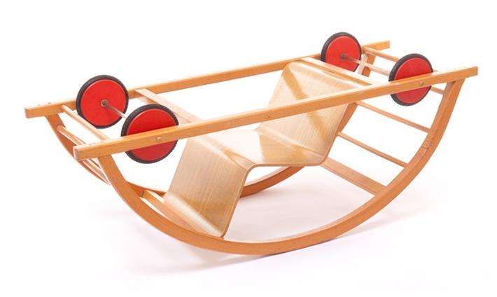 Der Schaukelwagen von Hans Brockhage ist ein deutscher Gestaltungsklassiker. Das Bauhaus stand 1950 Pate - der Designer ließ sich von Bauhaus-Lehrer Mart Stam beeinflussen:
