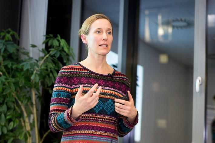 Psychologin Dr. Julia Berkic beim Informationsabend der BKK Mobil Oil in Hamburg.